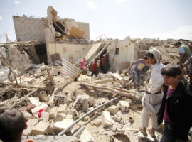 People inspect damage at a house after it was destroyed by a Saudi-led air strike in Yemen's capital Sanaa, February 25, 2016. REUTERS/Mohamed al-Sayaghi - RTX28HZC